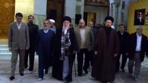 فیلم/ اقامه نماز حضرت آیتالله خامنهای در کنار مضجع امام خمینی