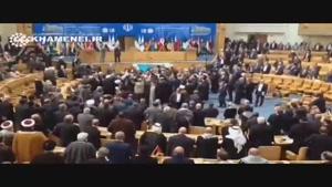 فیلم/ لحظه ورود رهبری به سالن اجلاس سران و تفقد از مهمانان