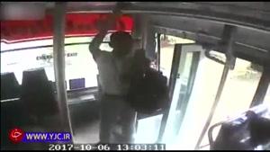 پیاده شدن دانش آموز از اتوبوسی که با سرعت در حال حرکت بود