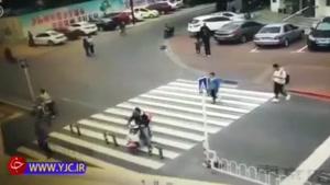 حادثه عجیب برای راکب موتور در وسط خیابان