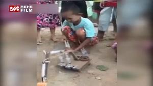 خلاقیت یک پسر بچه در ساخت بیل مکانیکی با سرنگ