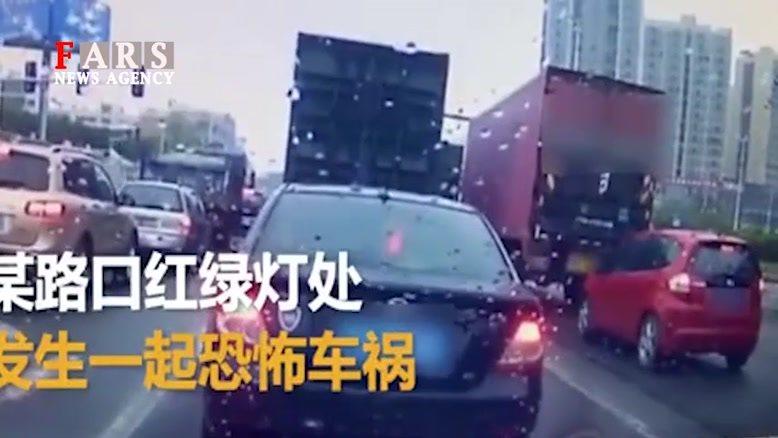 پرس شدن ماشین با دو کامیون!