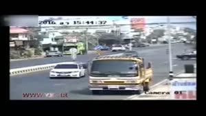 تصادف هولناک بونکر حمل سیمان با خودروی سواری