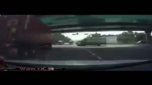 تصادف غافلگیرانه کامیون با یک سواری