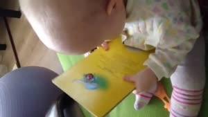 بچه کتابخون بامزه