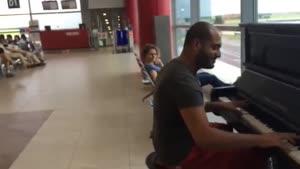 مسافر پیانیست هنرمند در سالن ترانزیت فرودگاه