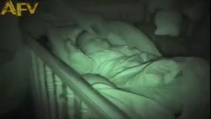 نوزاد خوابالو و دست فنری