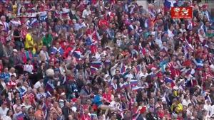 لحظه ورود تیمهای روسیه وعربستان به زمین مسابقه