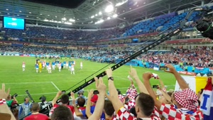 شادی بازیکنان کرواسی با هواداران پس از برد نیجریه