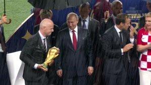 لحظه اهدای جام جهانی 2018 روسیه به تیم فرانسه