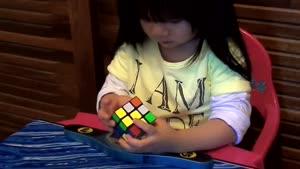 حل مکعب روبیک توسط دختر ۲ ساله در ۷۰ ثانیه