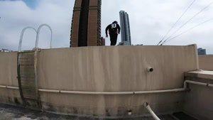 حرکات نمایشی پارکور فرار از دست حراست هنگ کونک