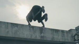 تمرین کردن پارکور بروی پشت بام