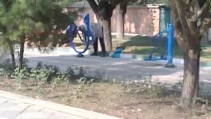 استفاده خنده دار از وسایل ورزشی در پارک