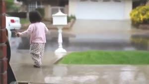 شادی دختر بچه نوپا از اولین تجربه زیر باران بودن