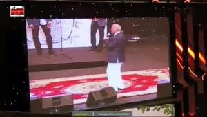 اهدای تندیس به علیرضا قربانی توسط فرزاد فرزین