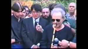 آواز استاد شجریان در مراسم خاکسپاری ناصر فرهنگ فر