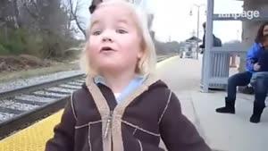 دختر بچه ای که از دیدن قطار ذوق میکند