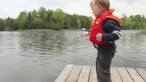 ماهیگیری یک کودک بامزه