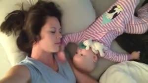 این بچه با مامانش چه میکنه!!!!