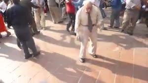 چه رقصی میکنه این پیرمرد