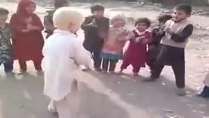 رقصیدن کودکان همراه با تاسف برای بزرگترها