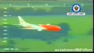 فرود هواپیمای بوئینگ ۷۳۷ شرکت TNT با یک چرخ عقب