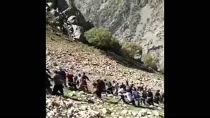 کمک مردم غیور کرد به پرایدی که به دره سقوط کرده بود