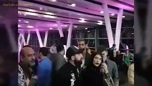 بوسه جنجالی محسن افشانی به صورت همسرش مقابل دوربین خبرنگاران