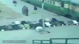 دارن نماز میخونن که قطار حرکت میکنه و.....