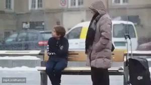 واکنش مردم به بچه ای که سردش است...
