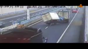 واژگونی کامیون پس از حرکت روی دو چرخ!!!