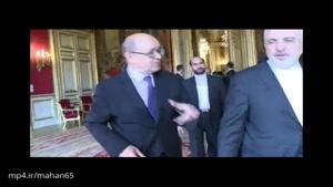 وزیر امور خارجه فرانسه از دست دادن با ظریف امنتاع میکند تا جلوی پلکان خروجی وی را بدرقه میکند