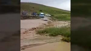 تصمیم احمقانه راننده پراید برای عبور از سیل جاده شهرستان کوهدشت و گرفتار شدن🤦♂