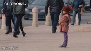 یه دختر بچه رو میارن اول لباس خیلی شیک تنش میکنن و بعد لباس کهنه هربارم تنها تو خیابون میزارنش