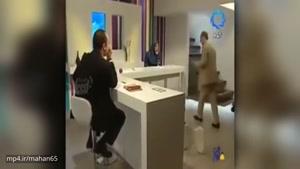 صحنه عجیب پرت کردن لیوان و صندلی در تلویزیون توسط کارشناس برنامه