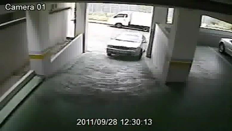 ورود یک خانم به پارکینگ