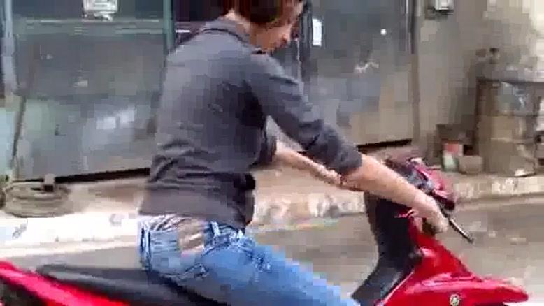 مهارت عجیب یک زن در موتور سواری