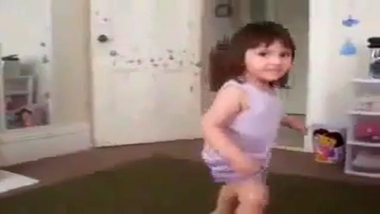 رقصیدن بسیارجالب یک دختربچه