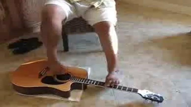 گیتارزدن با پا