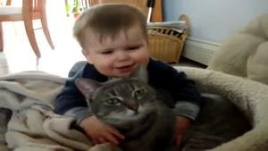 پسر بچه شیطون و بازیگوش با گربه