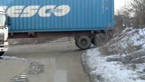 دور زدن تریلر با بار رو زمین یخ زده