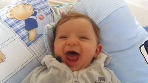 نوزاد خنده رو
