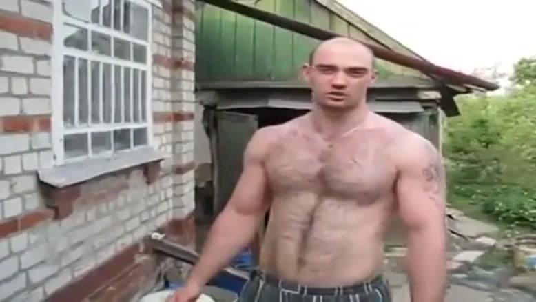 مرد قوی با دستان چکشی