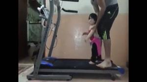 راه رفتن بچه روی تردمیل - خنده