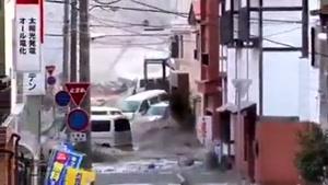 لحظۀ ورود سونامی به یکی از شهرهای ژاپن