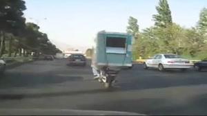 حمل کولر آبی با موتورسیکلت در اتوبان