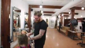 دختربچه ای که موهای خودشو به بچه های سرطانی داد