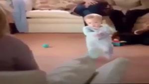 بيينيد اين كوچولو چجوري براي مامان بزرگش ميرقصه