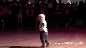رقص و ریتم آهنگ رو میگیره خیلی استعداد خوبی